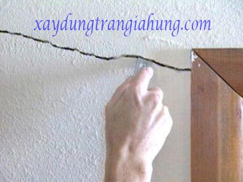Dặm vá nứt nẻ và sơn mới tòa nhà
