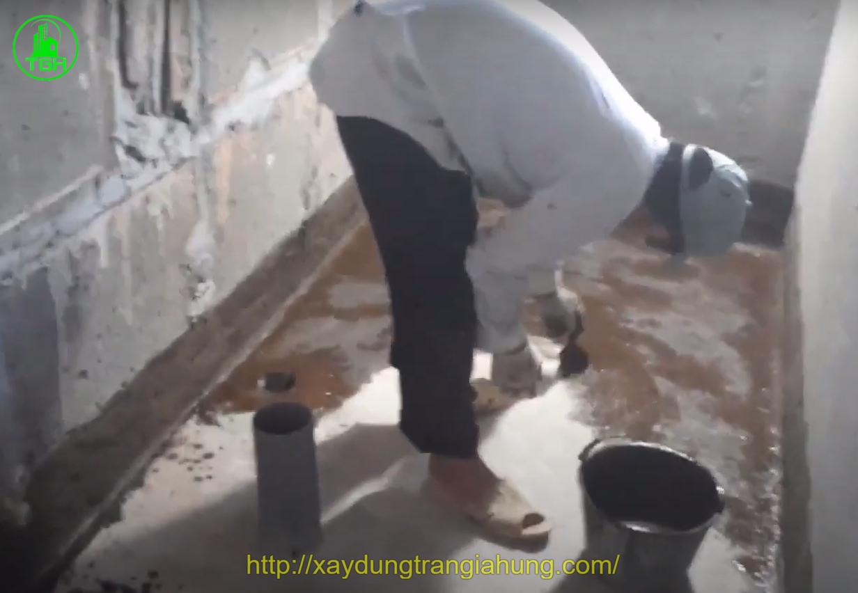 quét lớp lót primer gốc bitum lên sàn và cao 20cm lên chân tường nhà vệ sinh